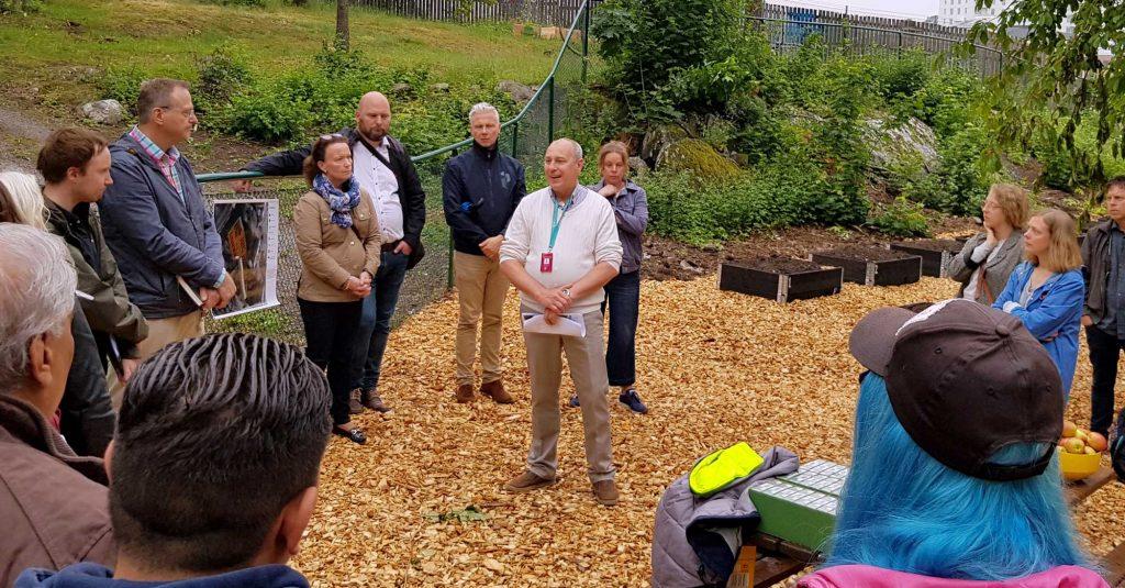 Pierre Persson, Enhetschef Lokal- och stadsmiljöenheten, Enskede-Årsta-Vantörs stadsdelsförvaltning pratade vid invigningen av stadsodlingen i Rågsved.