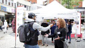 Lotta blir intervjuad i Radio Stockholm