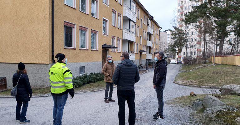 Vanik Yesayan, förvaltare hos Svenska Bostäder, visade oss runt i ett välskött område